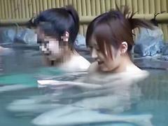 Азиатки публичное, Азиатка купается, В общественной бане, На публике соло, Соло азиатки, В бане
