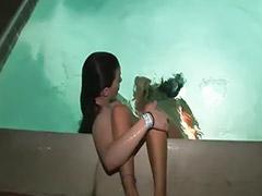 В бассейне, Два в девочку, Двое в