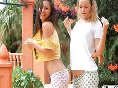 Nena flaca, Nena 2, Lesbianas, al aire libre, Lesbianas teen mojadas, Lesbianas que se orina, Lesbianas mojadas