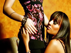 Lesbiche asiatiche, Spogliarello