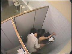 Follando en publico, Estudiante publico, En baños publicos, Baños publicos, Alumnos follan, Follada en publico